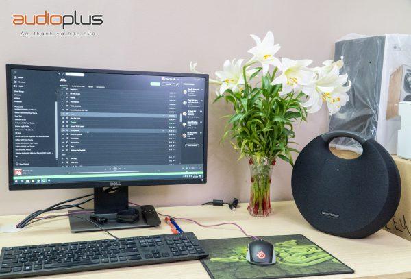 Loa Onyx Studio 6 trên bàn làm việc